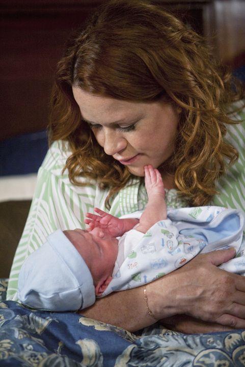 Überglücklich hält Anne (Molly Ringwald) ihren frischgeborenen Sohn im Arm ...