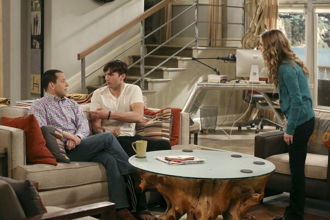 Nachdem die Sozialarbeiterin Ms. McMartin (Maggie Lawson, r.) herausgefunden hat, dass Walden (Ashton Kutcher, M.) und Alan (Jon Cryer, l.) kein ric... - Bildquelle: Warner Brothers Entertainment Inc.