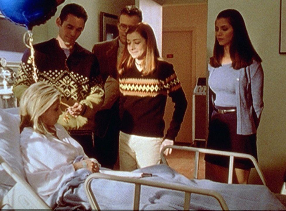Buffy (Sarah Michelle Gellar, vorne) bekommt im Krankenhaus Besuch von ihren Freunden. V.l.: Xander (Nicholas Brendon), Giles (Anthony Stewart Head)... - Bildquelle: TM +   2000 Twentieth Century Fox Film Corporation. All Rights Reserved.