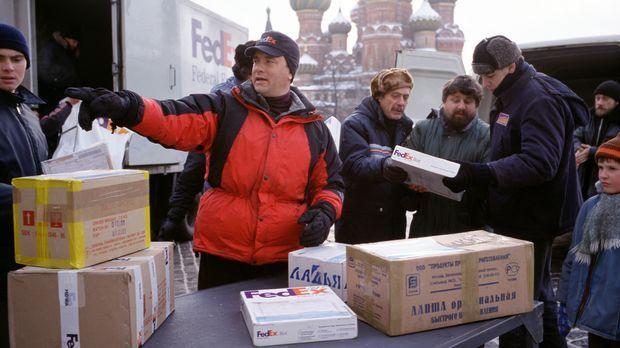 Chuck Noland (Tom Hanks), leitender Mitarbeiter bei FedEx, ist ständig im Auf...