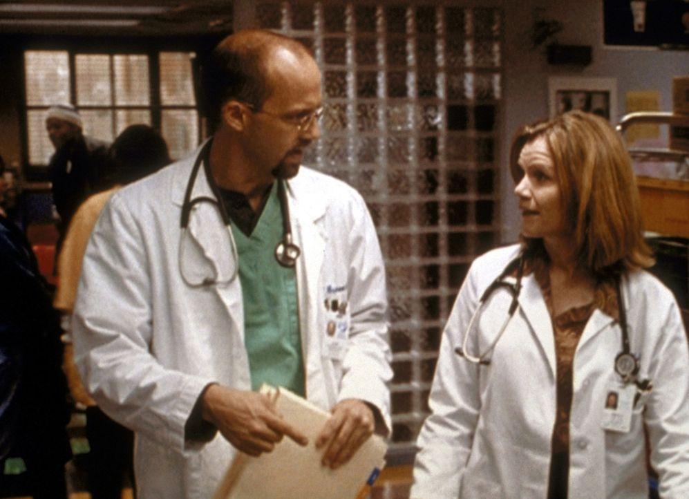Noch ahnt Dr. Greene (Anthony Edwards, l.) nicht, dass Dr. Lee (Mare Winningham, r.) eine Hochstaplerin ist. - Bildquelle: TM+  2000 WARNER BROS.