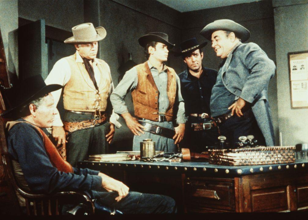 (v.l.n.r.) Der Sheriff (Morgan Woodward), Ben Cartwright (Lorne Greene) und seine Söhne Adam (Pernell Roberts) und Little Joe (Michael Landon) versu... - Bildquelle: Paramount Pictures