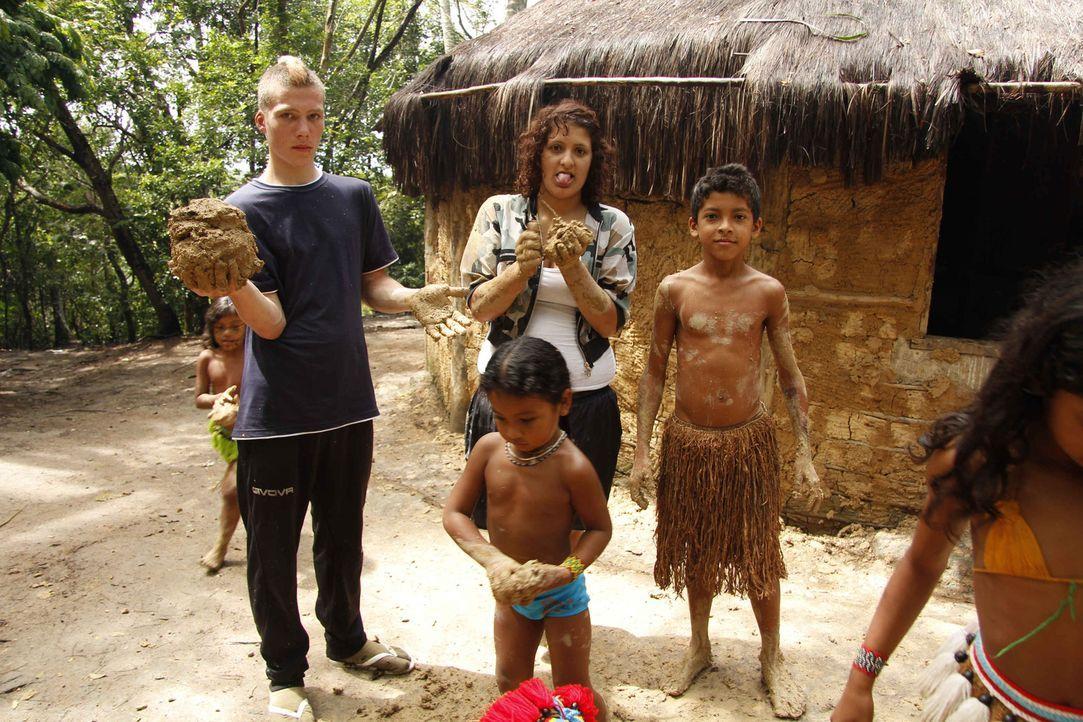 Werden Maurice (2.v.l.) und Angelina (3.v.r.) nach ihrem Besuch in Brasilien, ihr Leben verändern? - Bildquelle: kabel eins