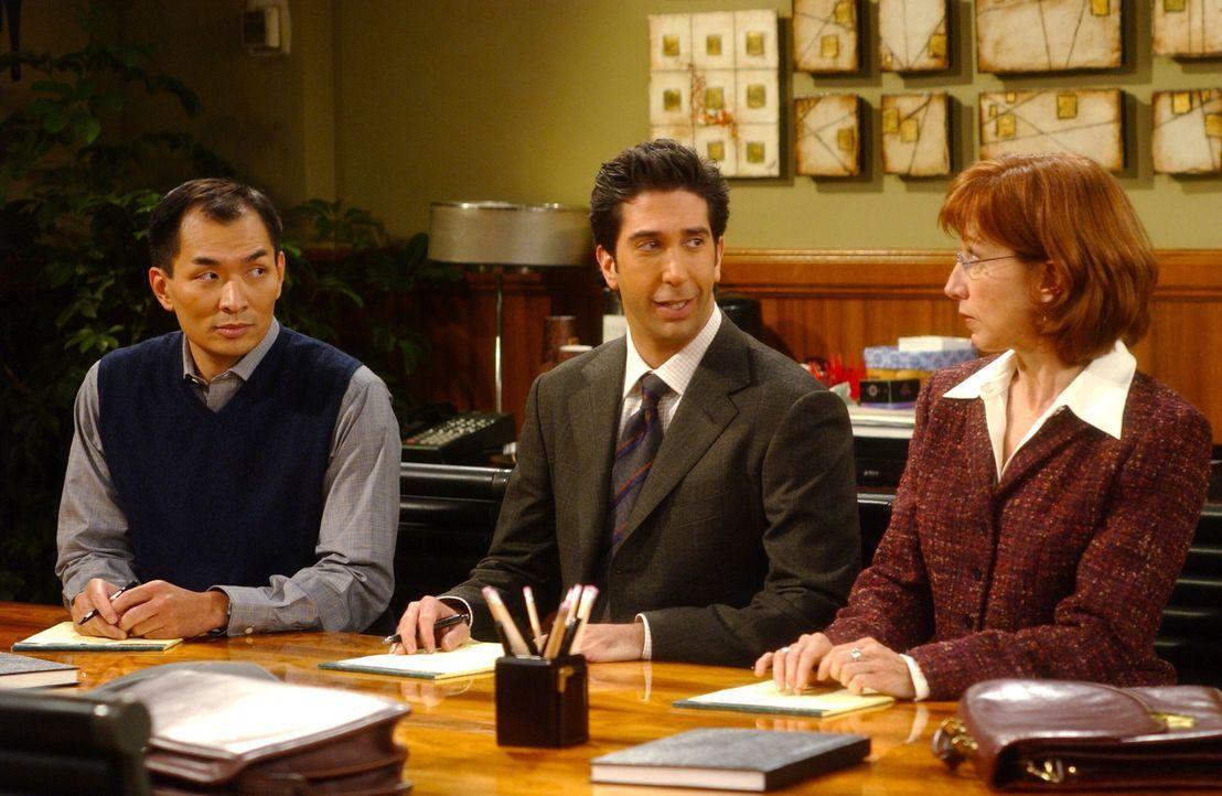 Ebenso wie Dr. Li (Ming Lo, l.) und Dr. Biely (Cathy Lind Hayes, r.) muss Ross (David Schwimmer, M.) eine Prüfung bestehen um ein Forschungsstipendi... - Bildquelle: 2003 Warner Brothers International Television