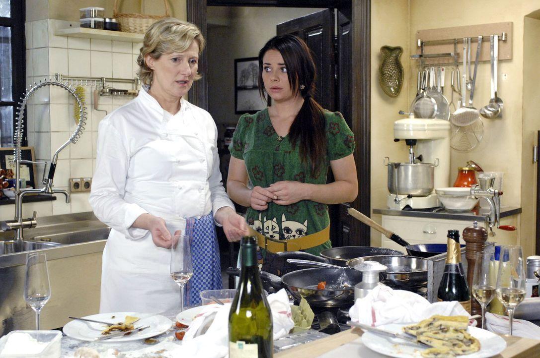 Susanne (Heike Jonca, l.) und Paloma (Maja Maneiro, r.) sind entsetzt, als sie das Chaos in der Küche sehen ... - Bildquelle: Oliver Ziebe Sat.1
