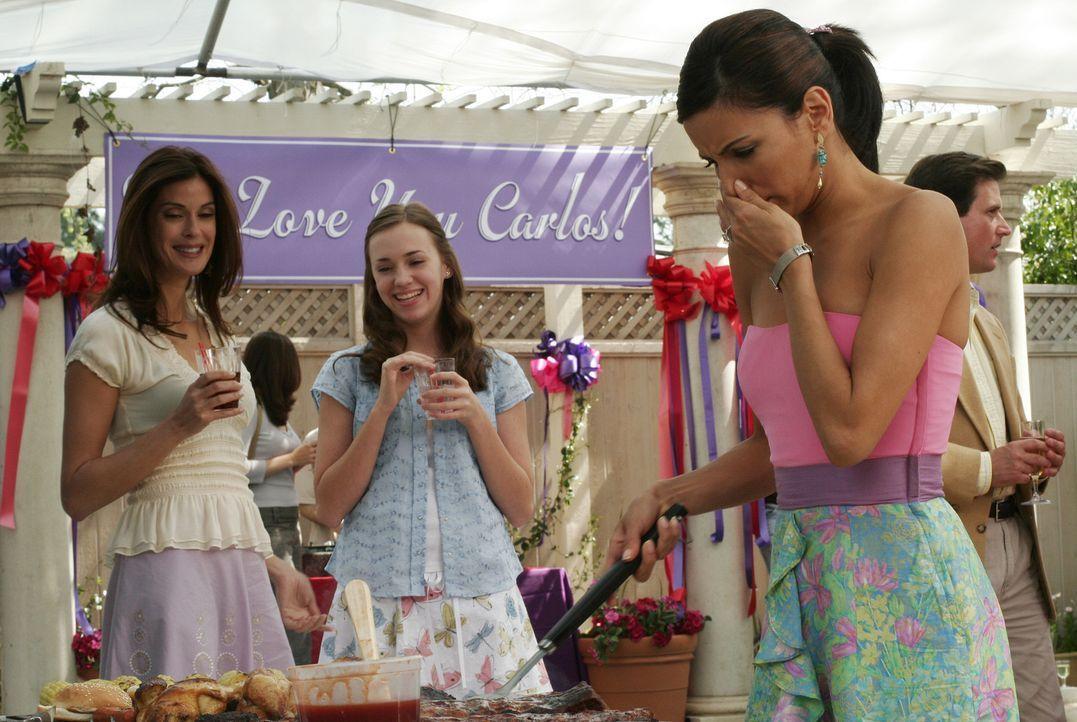 Susan (Teri Hatcher, l.) und Julie (Andrea Bowen, M.) sind über Gabrielles (Eva Longoria, r.) seltsames Verhalten verwundert ... - Bildquelle: Touchstone Television