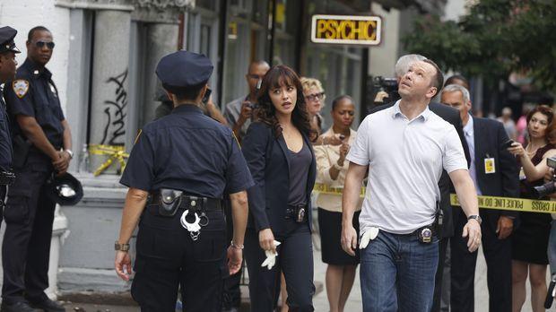 Baez (Marisa Ramirez, l.) und Danny (Donnie Wahlberg, r.) finden einen sensat...