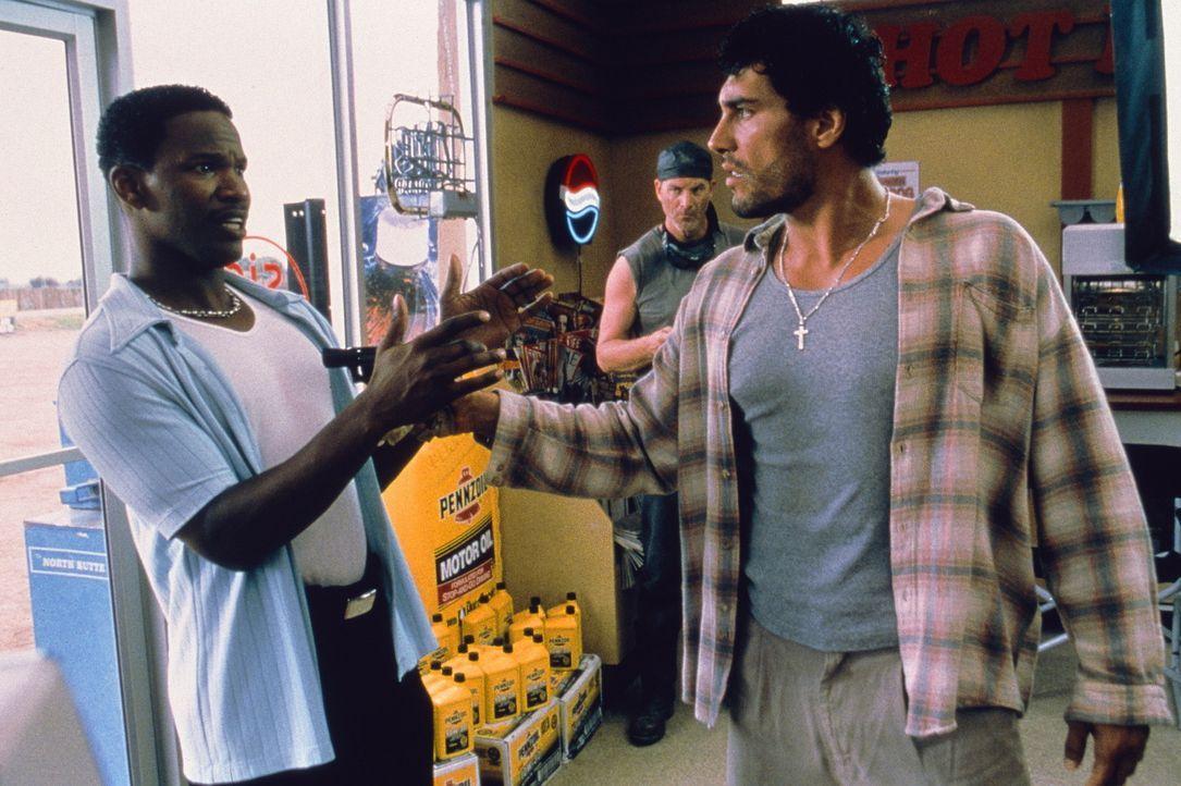 Immer wieder versucht Michael (Jamie Foxx, l.), den nervösen Tankstellenräuber Rodrigo (Eduardo Yanez, r.) zu beruhigen ... - Bildquelle: Sony Pictures Television International