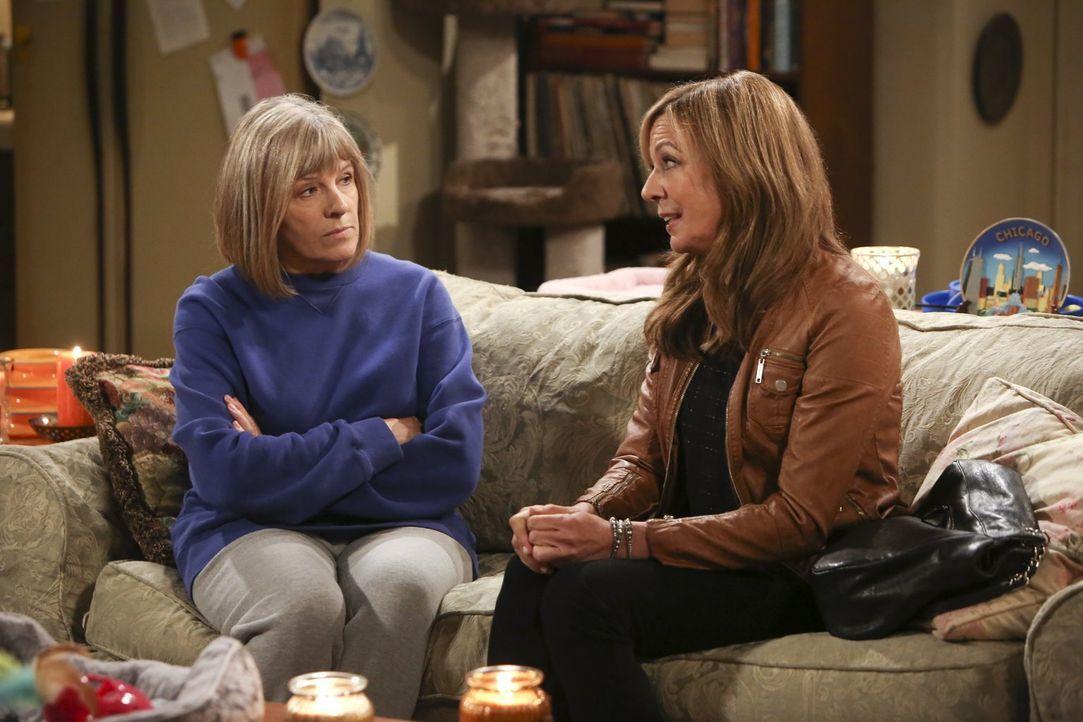 Bonnie (Allison Janney, r.) hat Angst, erneut von Alvin verletzt zu werden - Majorie (Mimi Kennedy, l.) hat einen guten Rat für sie ... - Bildquelle: Warner Bros. Television