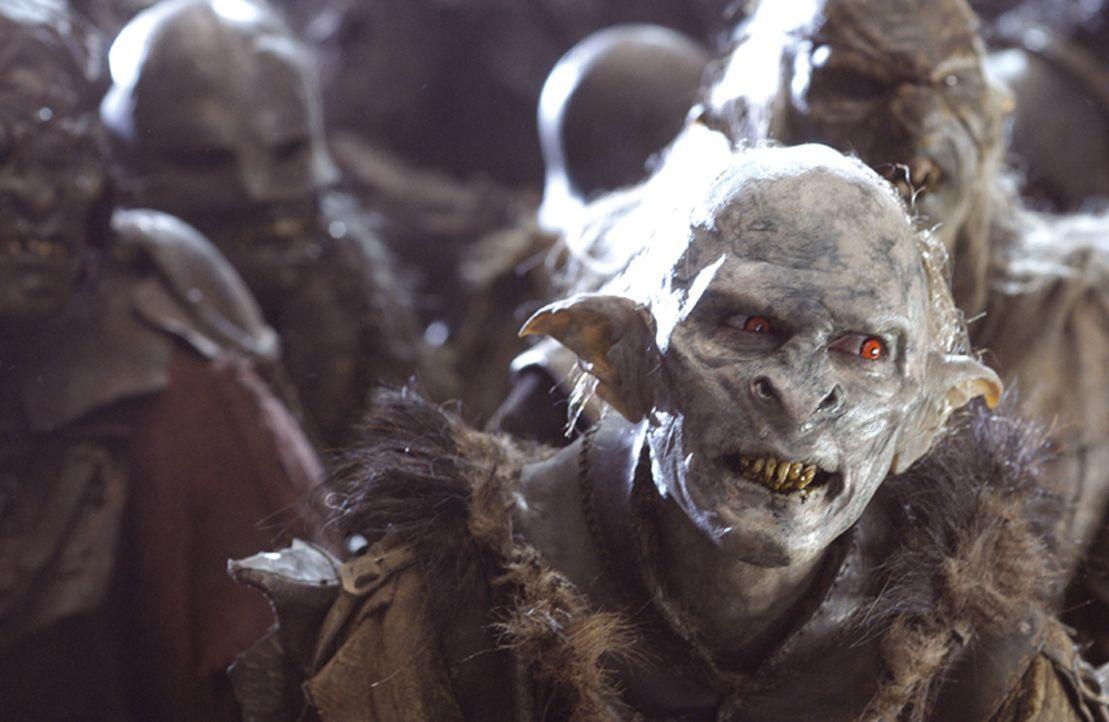 Sauron lässt ein riesengroßes Heer von Orks und Uruk-Hai entstehen, die den Kampf gegen die Gefährten aufnehmen sollen ... - Bildquelle: Warner Brothers