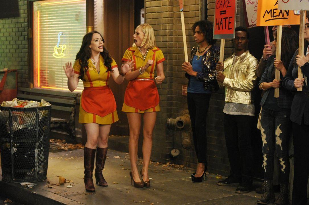 Caroline (Kat Dennings, r.) und Max (Beth Behrs, l.) halsen sich ein ganz schönen Protest-Pulk auf, als sie einem Künstler Cupcakes für eine sehr sp... - Bildquelle: Warner Brothers