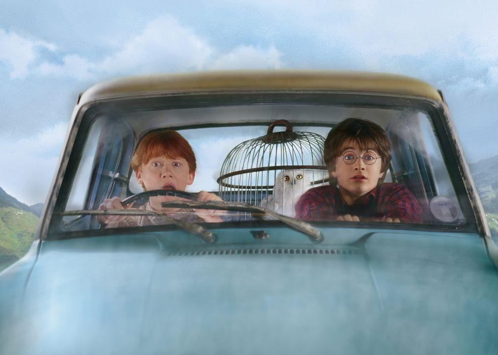 Obwohl urplötzlich ein Hauself bei Harry (Daniel Radcliffe, r.) erscheint, um ihn vor einer Verschwörung zu warnen und davon abzuhalten, zu Hogwarts... - Bildquelle: Warner Bros. Pictures