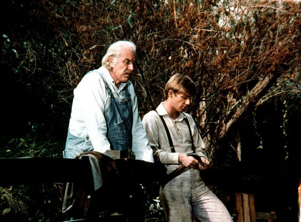John-Boy (Richard Thomas, r.) erklärt seinem Großvater (Will Geer, l.), womit er sein neues Geschwisterchen willkommen heißen möchte. - Bildquelle: WARNER BROS. INTERNATIONAL TELEVISION