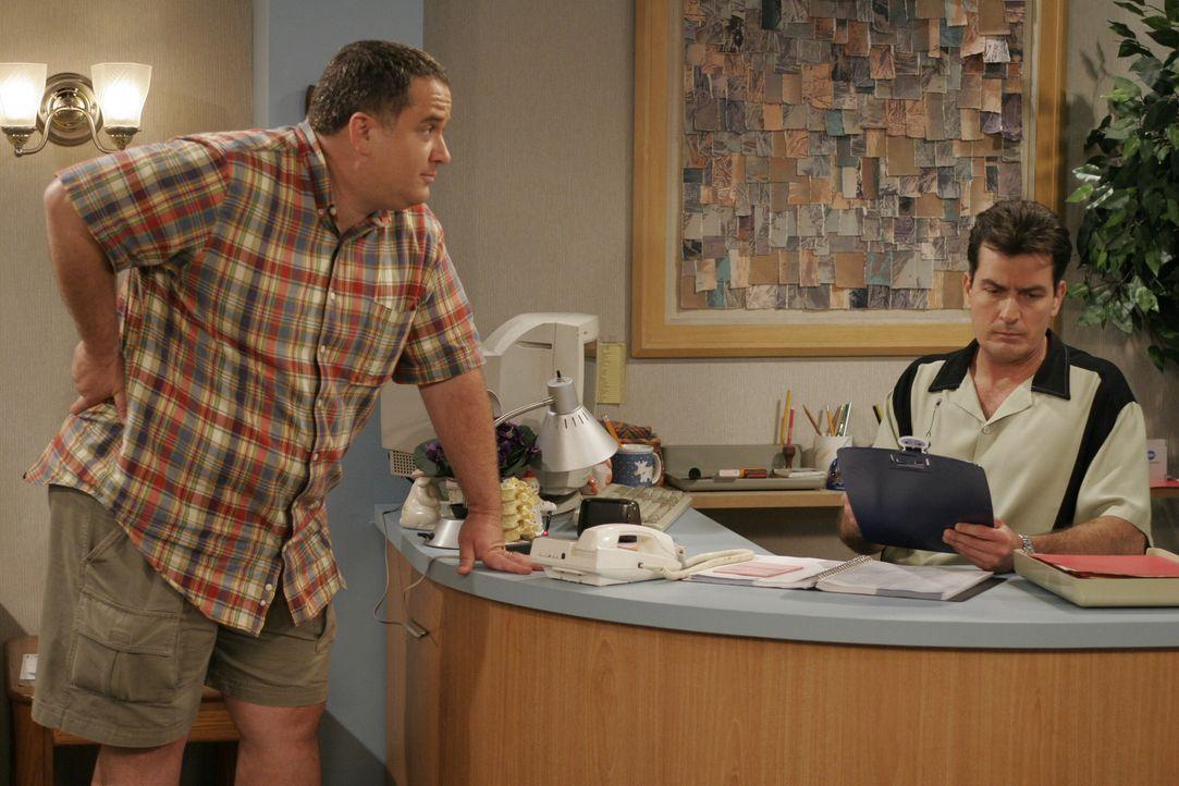 Bob (Wayne Thomas Yorke, l.) wartet verzweifelt auf einen Termin von Charlie (Charlie Sheen, r.) ... - Bildquelle: Warner Brothers Entertainment Inc.