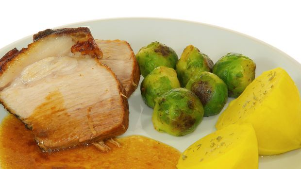 Jungschweinebraten mit Rosenkohl und Kartoffeln