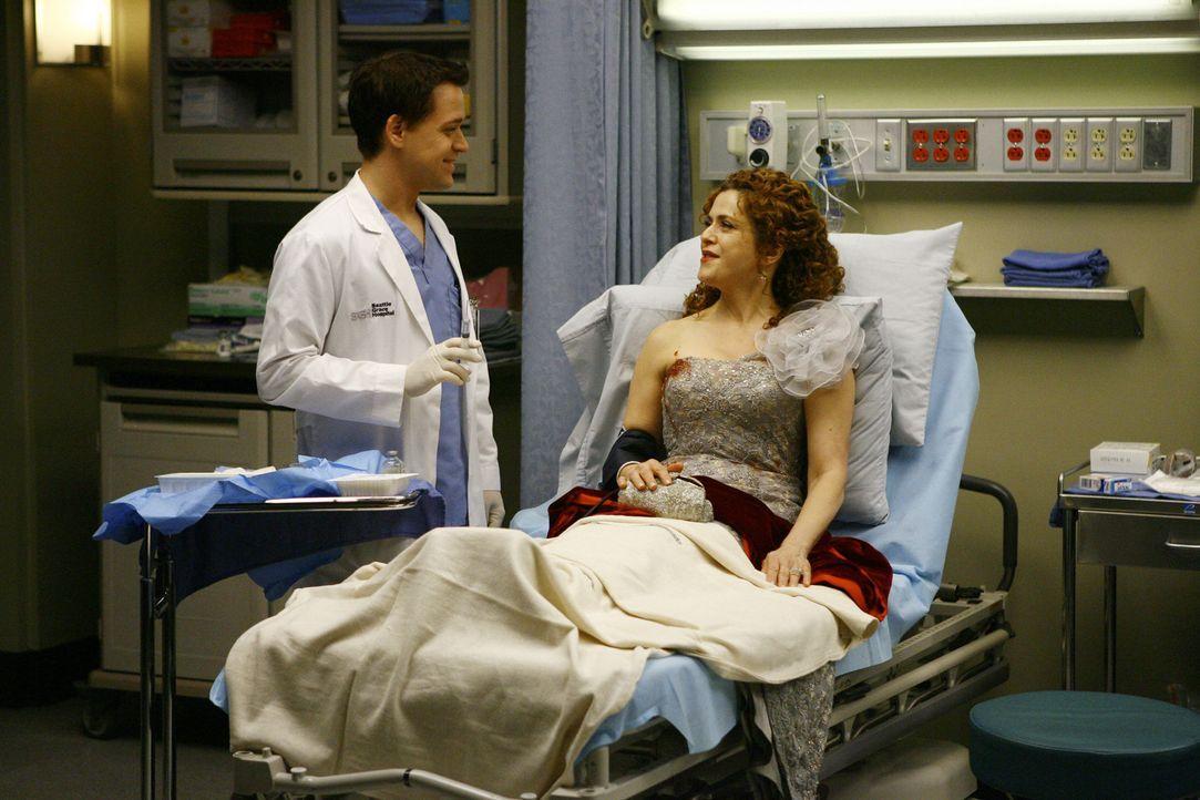 """Nach dem schweren Autounfall wird Sarabeth (Bernadette Peters, r.) und ihre Freundinnen im """"Seattle Grace"""" von George (T.R. Knight, l.) und seinen K... - Bildquelle: Touchstone Television"""