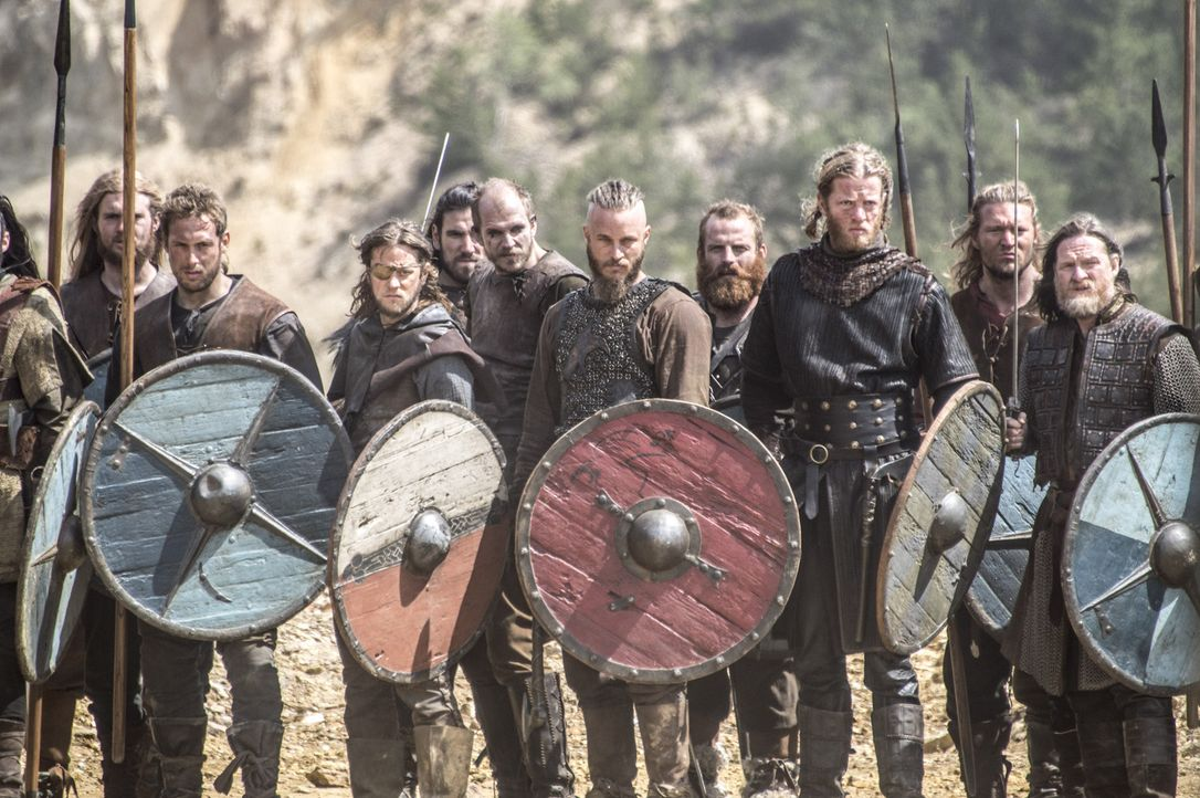 Mutig gehen Ragnar (Travis Fimmel, 5.v.r.) und König Horik (Donal Logue, r.) mit ihren Männern in die Schlacht gegen Jarl Borg und Rollo ... - Bildquelle: Bernard Walsh 2013 TM TELEVISION PRODUCTIONS LIMITED/T5 VIKINGS PRODUCTIONS INC. ALL RIGHTS RESERVED.