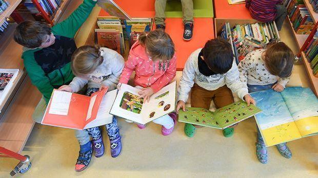 Grundschüler beim Lesen