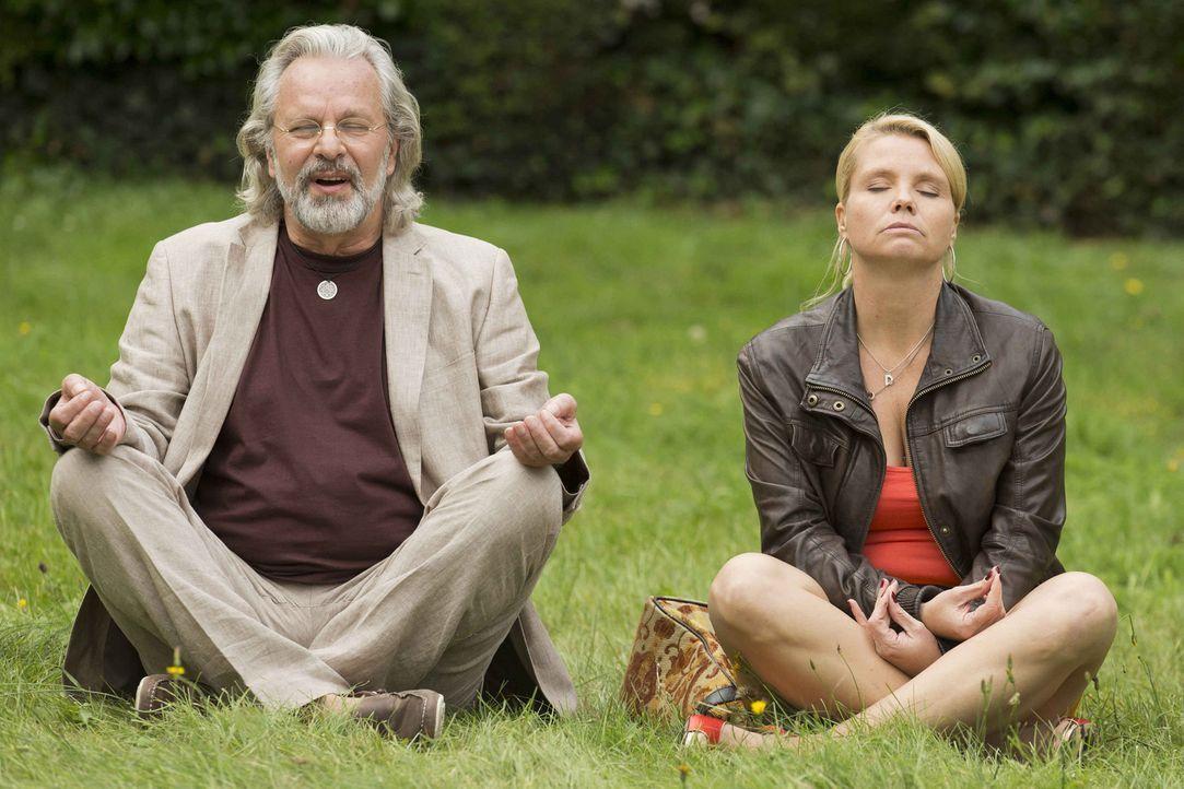 Während Danni (Annette Frier, r.) mit ihrem neuen Mandanten Günter Lobinger (Peter Sattmann, l.) meditiert, kämpft Kurt weiter gegen die Hausverwalt... - Bildquelle: Frank Dicks SAT.1