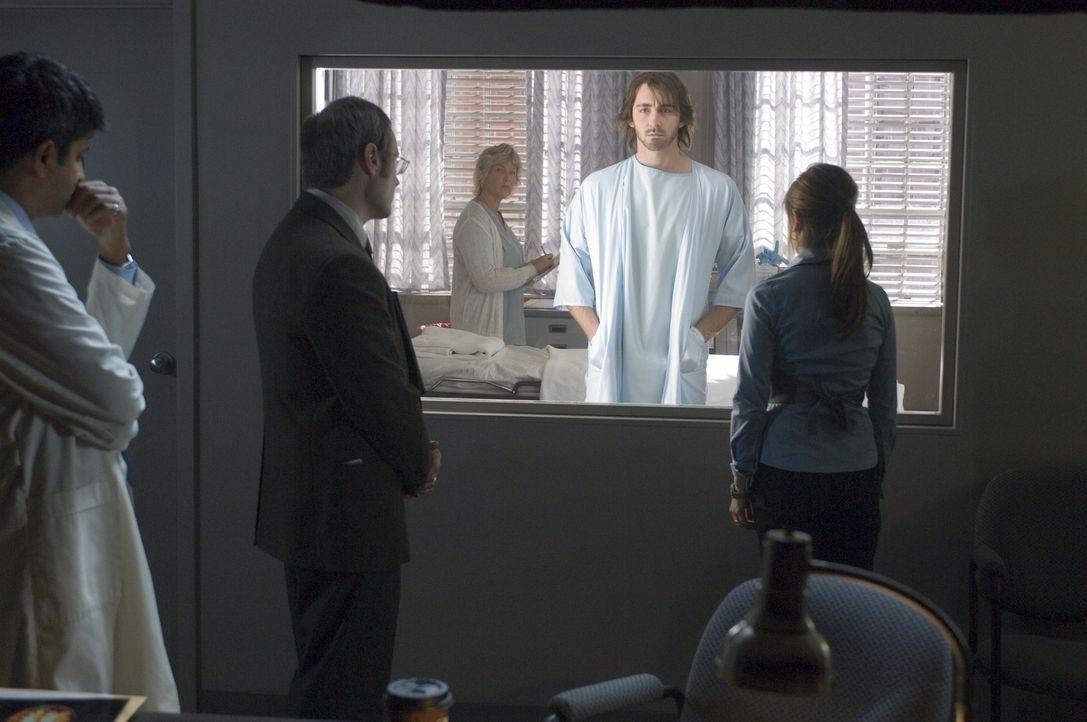 Jess (Sarah Michelle Gellar, r.) kann es kaum fassen, aber nach Monaten erwacht Roman (Lee Pace, 2.v.r.) aus dem Koma. Doch plötzlich ist er sanftmü...