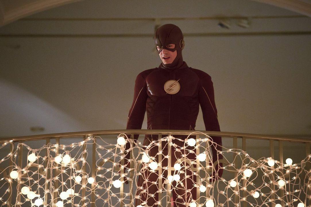 Als sich Barry und sein Team auf die Suche nach einem Meta-Wesen machen, das die Zeit um sich herum manipulieren kann, gerät auch The Flash (Grant G... - Bildquelle: 2015 Warner Brothers.