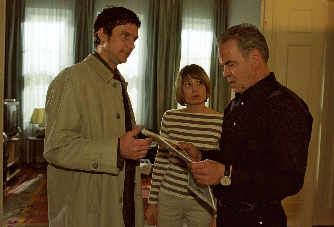 Der Journalist Arendt (Tim-Owe Georgi, l.) zeigt Wolff (Jürgen Heinrich, r.) und Verena (Nadine Seiffert, M.) den Zeitungsartikel. - Bildquelle: Claudius Pflug Sat.1