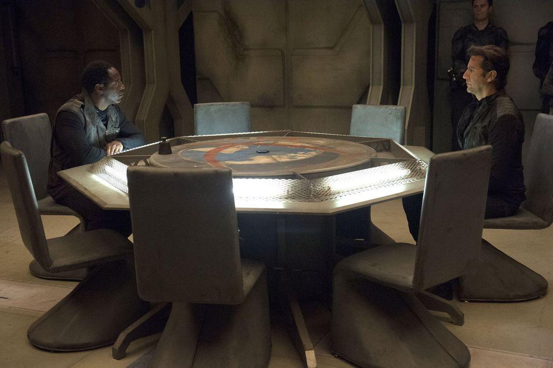 Das Ende für das Raumschiff ist nahe. Werden Kanzler Jaha (Isaiah Washington, l.) und Kane (Henry Ian Cusick, r.) nun wirklich aufgeben? - Bildquelle: Warner Brothers