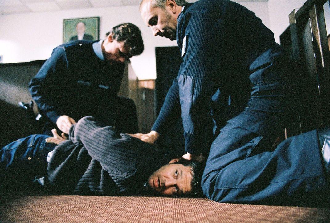 Bei der Haftprüfung verliert Michael (Kai Wiesinger, M.) die Nerven und überwältigt einen Polizisten. Katharina kann ihn zur Aufgabe bewegen, doch e... - Bildquelle: Conny Klein Sat.1
