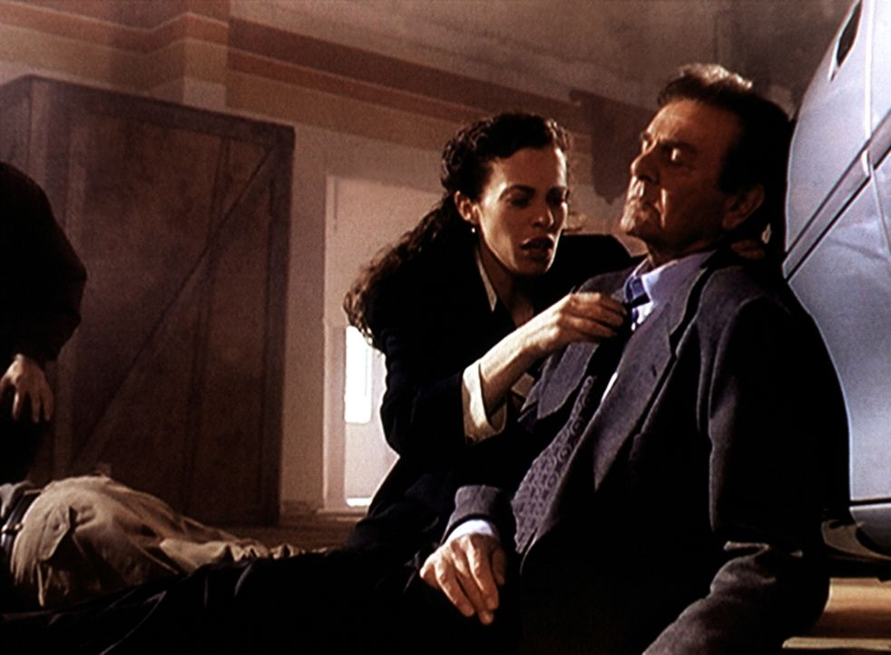 Mannix (Mike Connors, r.) hat einen Schwächeanfall erlitten und wird von der Reporterin Tina Reynolds (Susan Lee Hoffman, l.) versorgt ... - Bildquelle: Viacom
