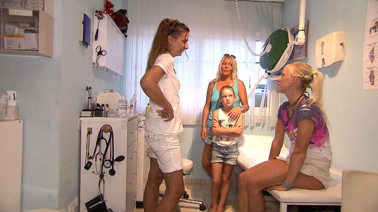 Die deutsche Ärztin Karola Simoni (l.) behandelt auf Fuerteventura deutsche Urlauber, die krank geworden sind oder sich verletzt haben ... - Bildquelle: kabel eins