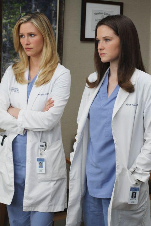 Lexie (Chyler Leigh, l.) bemerkt, dass April (Sarah Drew, r.) sich in Dereks Gegenwart merkwürdig verhält. April hat sich ganz offensichtlich in Der... - Bildquelle: Touchstone Television