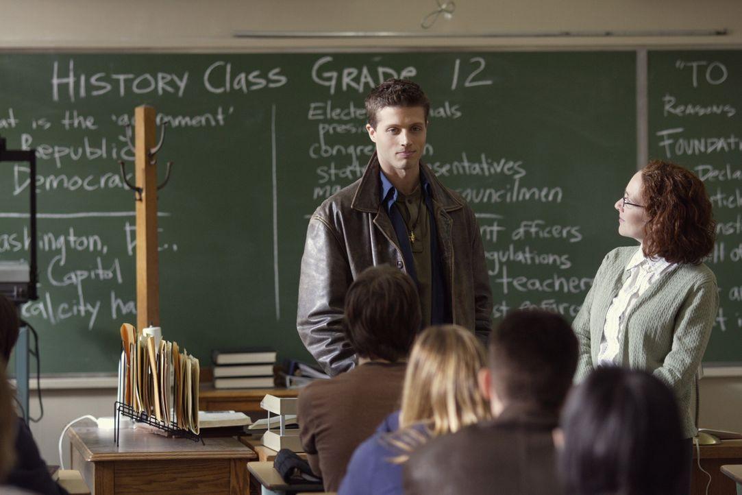 Rückblick in seine eigene Schulzeit: Dean (Brock Kelly, M.) ... - Bildquelle: Warner Bros. Television