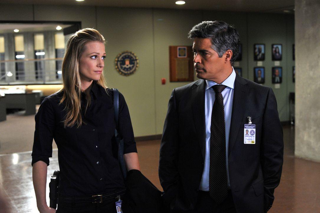 Das Team trifft seinen neuen Abteilungsleiter Mateo Cruz (Esai Morales, r.), der auf eine lange gemeinsame Vergangenheit mit JJ (AJ Cook, l.) zurück... - Bildquelle: ABC Studios
