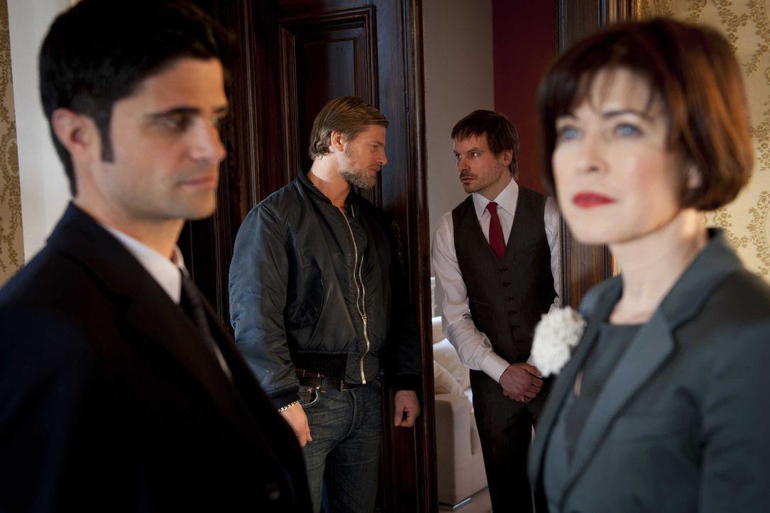 Während Andreas (Maximilian Grill, l.) Erkundigungen über die Tote bei Linda (Anja Kruse, r.) einzieht, ertappt Mick (Henning Baum, 2.v.l.) einen... - Bildquelle: SAT.1