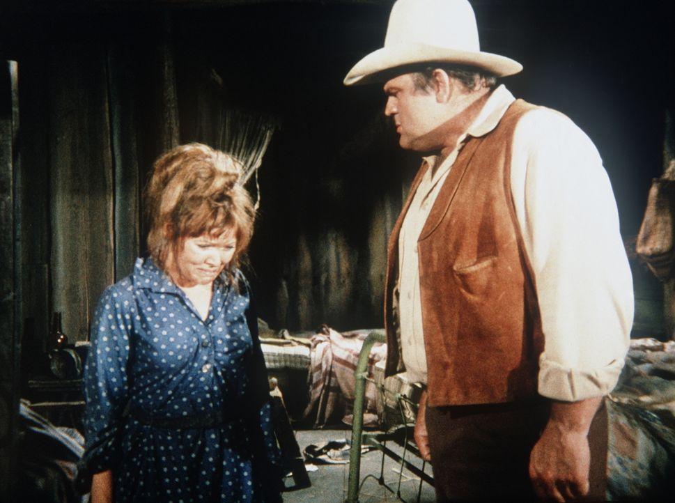 Hoss Cartwright (Dan Blocker, r.) will Petey, den Sohn der heruntergekommenen Jill Conway (Susan Tyrrell, l.), adoptieren. - Bildquelle: Paramount Pictures