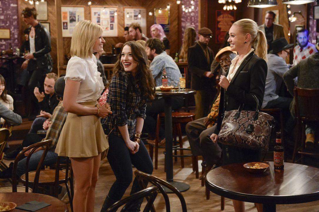 Die Girls werden auf ein Date geschleppt, wo traurige Menschen traurige Geschichten erzählen. Weil Caroline die traurigste Geschichte zu erzählen ha... - Bildquelle: 2016 Warner Brothers