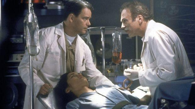 Dr. Sinclair (Michael Hogan, r.) führt an der wehrlosen Jade (Sandrine Holt,...