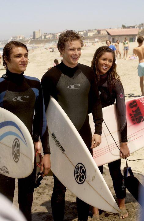 Surfen ist ihre Leidenschaft: Johnny (Ryan Donowho, l.) Chili (Johnny Lewis, M.) und Casey (Kayla Ewell, r.) ... - Bildquelle: Warner Bros. Television