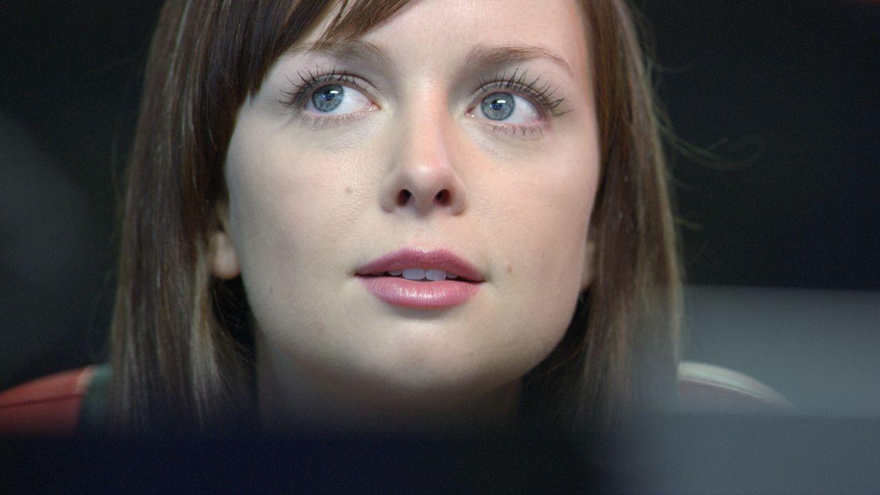 Becker findet Ethans Versteck und stolpert dabei in eine Falle, aus der Jess (Ruth Kearney) ihn in letzter Sekunde befreien kann ... - Bildquelle: ITV Plc