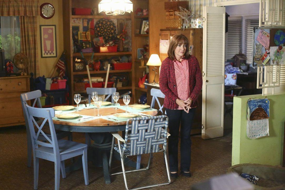 Frankie (Patricia Heaton) ist aufgeregt, als sie endlich Axls Freundin kennenlernt. Doch wie sird sie auf deren ungewöhnliche Eigenschaft reagieren? - Bildquelle: Warner Bros.