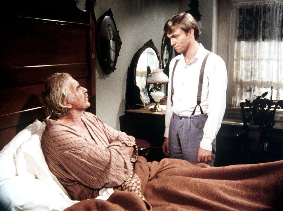 John-Boy (Richard Thomas, r.) macht sich große Sorgen um seinen Großvater Sam (Will Geer, liegen), der einen Herzanfall erlitten hat. - Bildquelle: American Broadcasting Company
