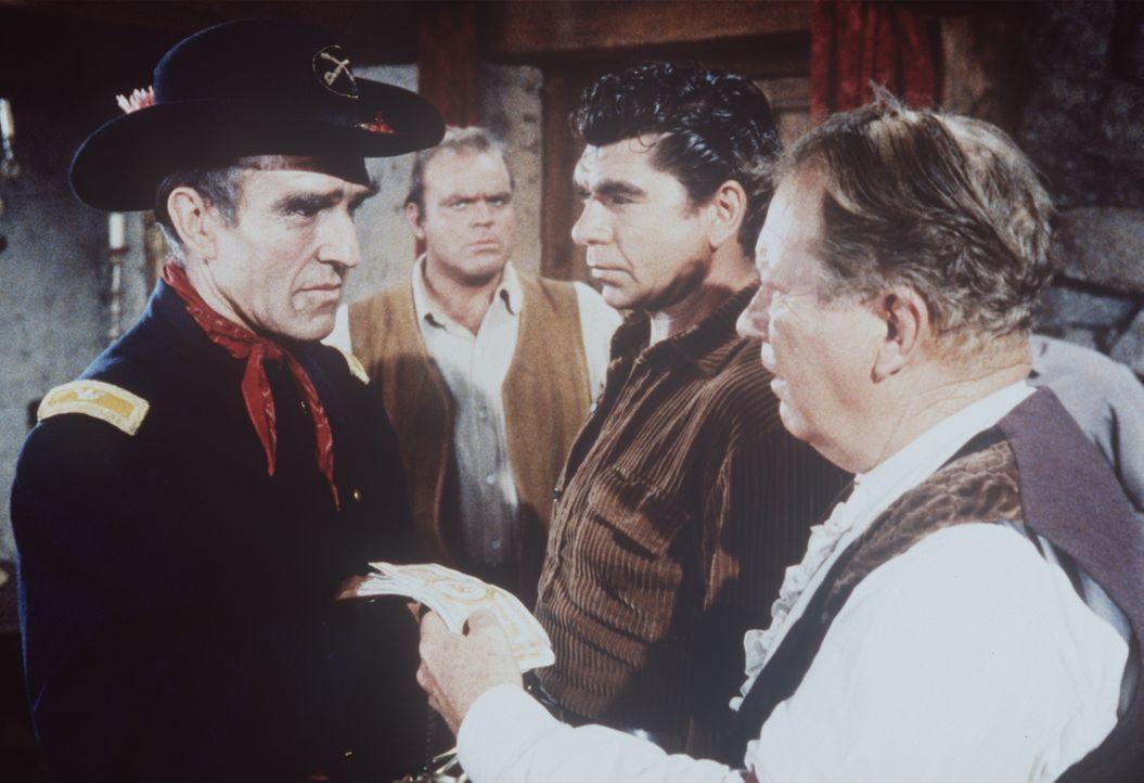 Mit Skepsis hören Hoss Cartwright (Dan Blocker, 2.v.l.) und Sam Hill (Claude Akins, 2.v.r.) mit an, wie der undurchsichtige Colonel Tyson (Ford Rain... - Bildquelle: Paramount Pictures