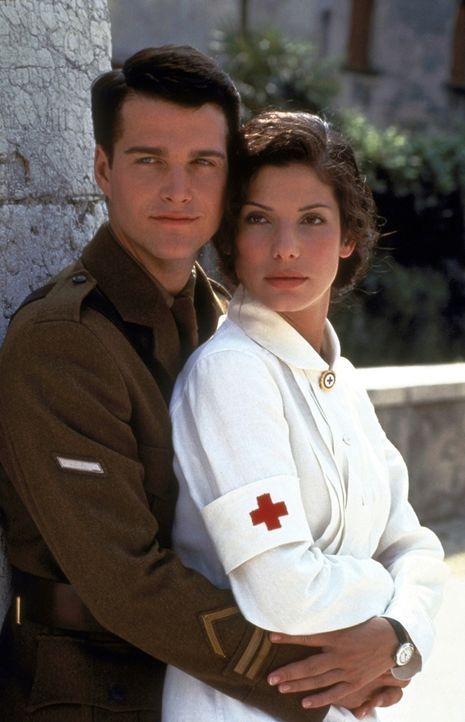 Im Lazarett begegnet der 19-jährige Ernest Hemingway (Chris O'Donnell, l.) der Rote-Kreuz-Schwester Agnes von Kurowsky (Sandra Bullock, r.) und verl... - Bildquelle: Warner Bros.