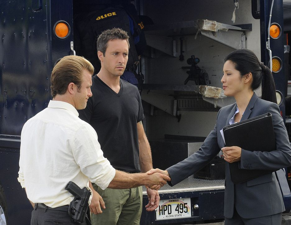 Versuchen Graham Wilson aufzuhalten: Danny (Scott Caan, l.), Steve (Alex O'Loughlin, M.) und Laura Hills (Kelly Hu, r.) ... - Bildquelle: TM &   2010 CBS Studios Inc. All Rights Reserved.
