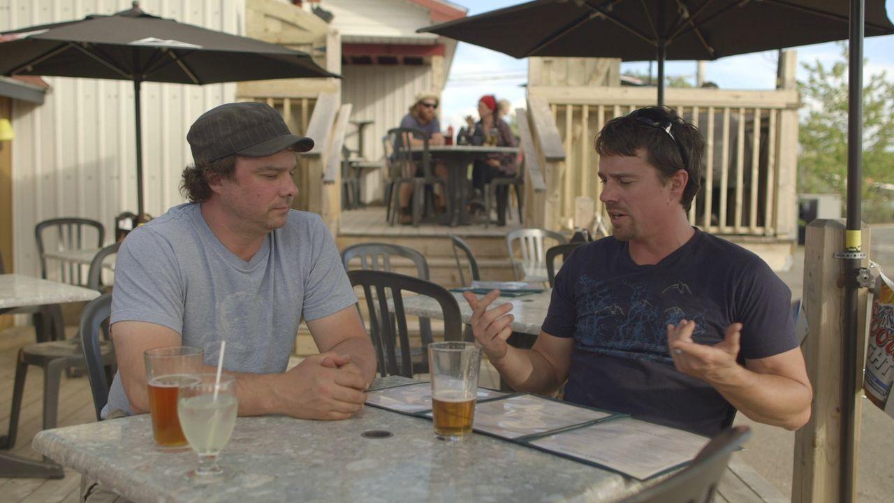 Beim gemeinsamen Biertrinken kommt den Brüdern eine neue Idee. Andrew (r.) und Kevin (l.) wollen eine Rooftop-Party auf dem Dach ihres Seehauses mac... - Bildquelle: Brojects Ontario Ltd./Brojects NS Ltd