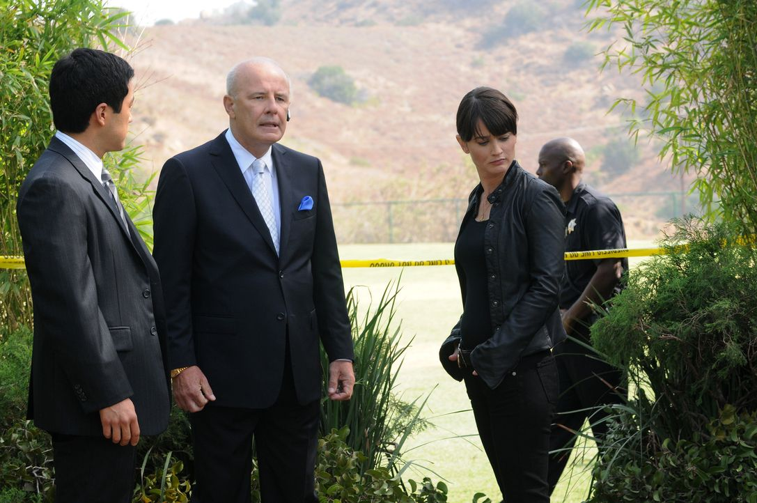 Bei den Ermittlungen eines neuen Mordfalls stoßen Patrick, Kimbal (Tim Kang, l.) und Teresa (Robin Tunney, 2.v.r.) auf Freddy Fitch (Jude Ciccolell... - Bildquelle: Warner Bros. Television