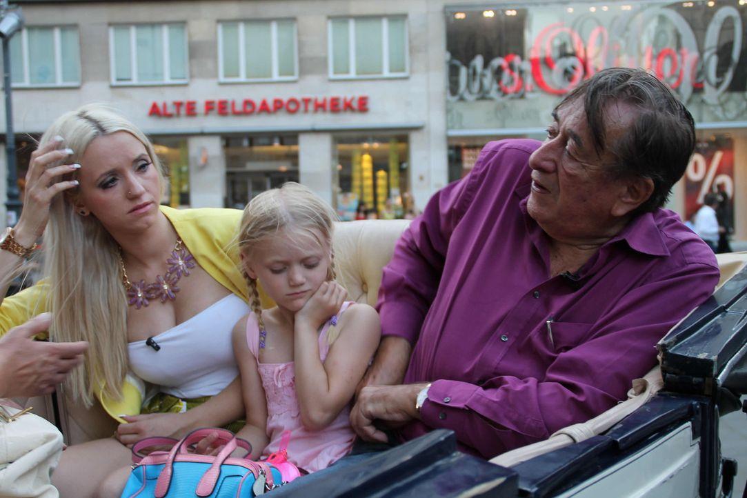 """Bei einer Fiakerfahrt durch Wien macht Richard Lugner (r.) der gelernten Krankenschwester Cathy Schmitz, seinem """"Spatzi"""" (l.), einen Heiratsantrag -... - Bildquelle: SAT.1"""