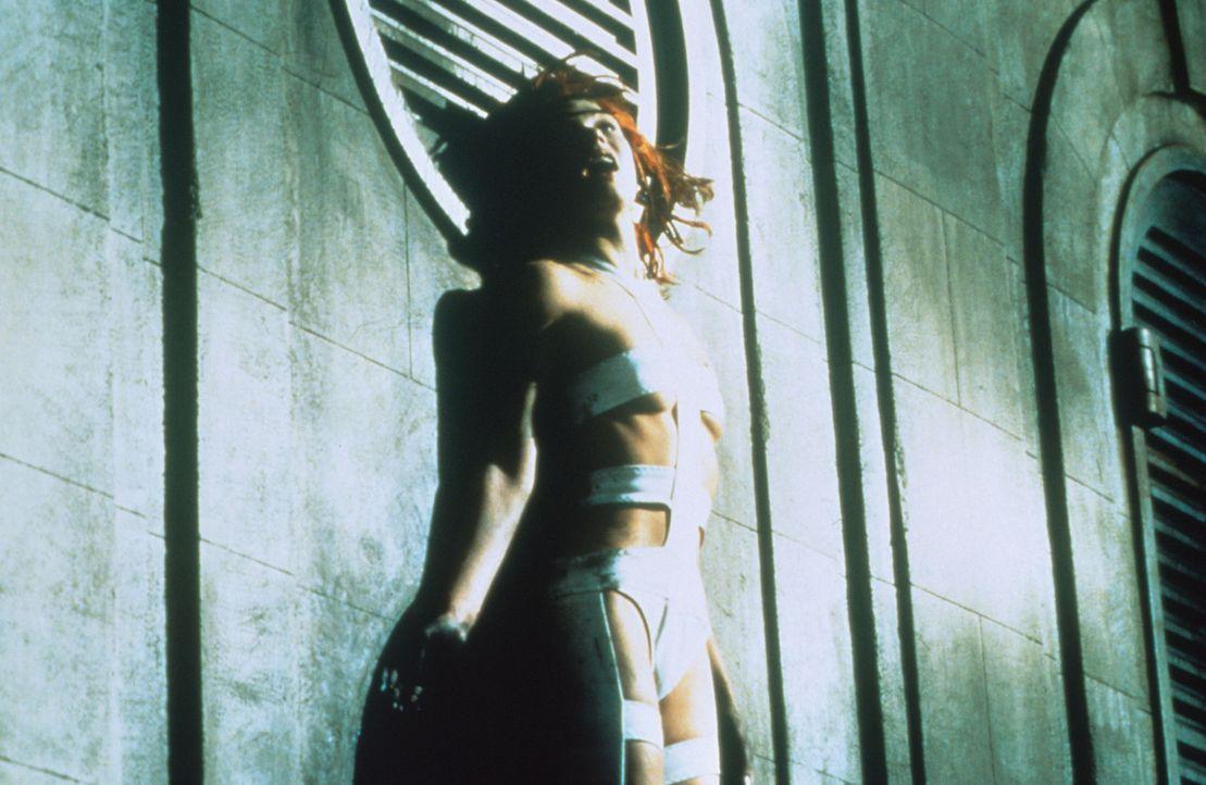 Das wunderschöne Mädchen Leeloo (Milla Jovovich) ist die Trägerin des fünften Elements, doch nur im Zusammenspiel mit den vier anderen Elementen kan... - Bildquelle: Tobis Filmkunst