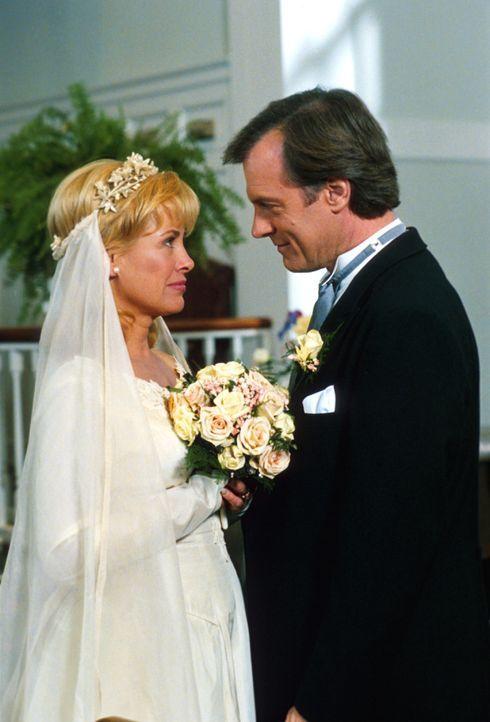 Vor 19 Jahren gaben sich Eric (Stephen Collins, r.) und Annie (Catherine Hicks, l.) das Ja-Wort. Leider war die Hochzeitszeremonie ein einziges Chao... - Bildquelle: The WB Television Network