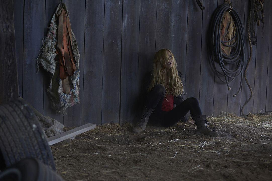 Aleister ist auf der Suche nach dem stärksten Werwolf. Dann nimmt er plötzlich Elena (Laura Vandervoort) ins Visier ... - Bildquelle: 2015 She-Wolf Season 2 Productions Inc.